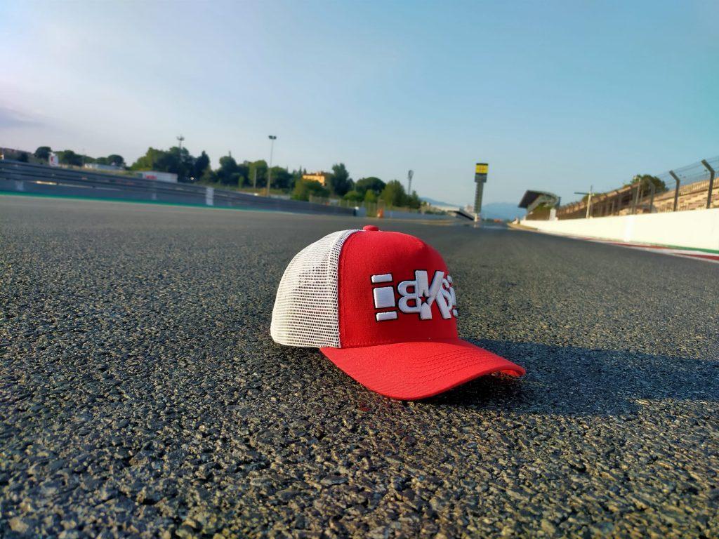 Gorra roja Bkrst en circuito catalunya